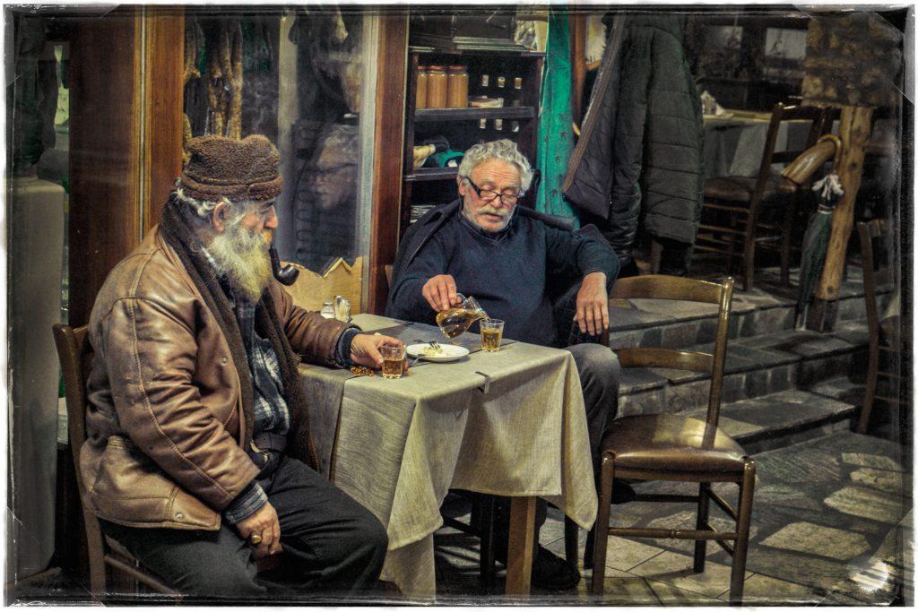 Ηλικιωμένοι κάτοικοι Πραμάντων απολαμβάνοντας κρασί