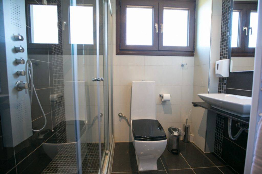 Suite 2 Bathroom1