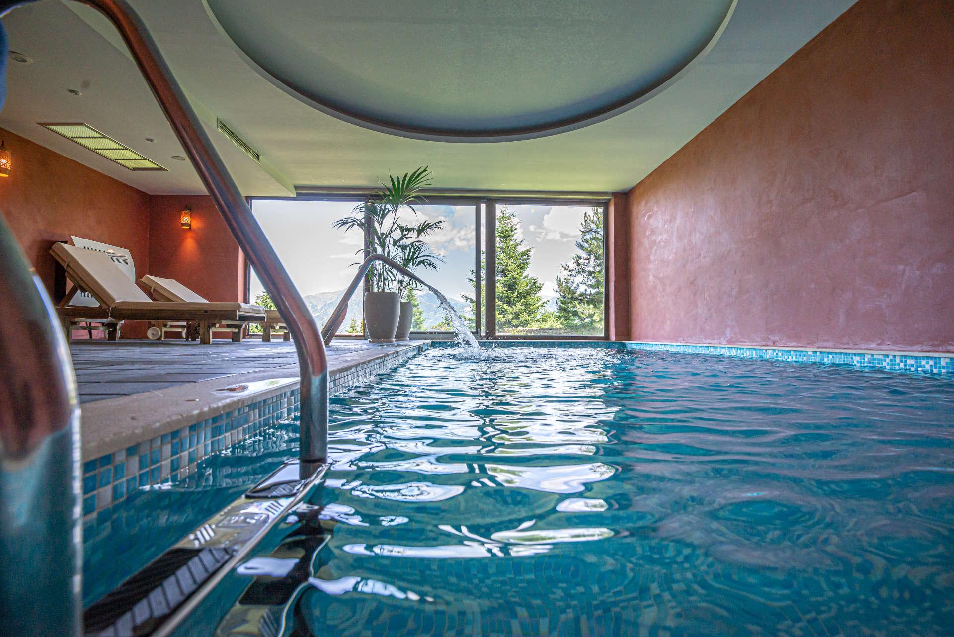 εσωτερική πισίνα με θέα τα Τζουμέρκα