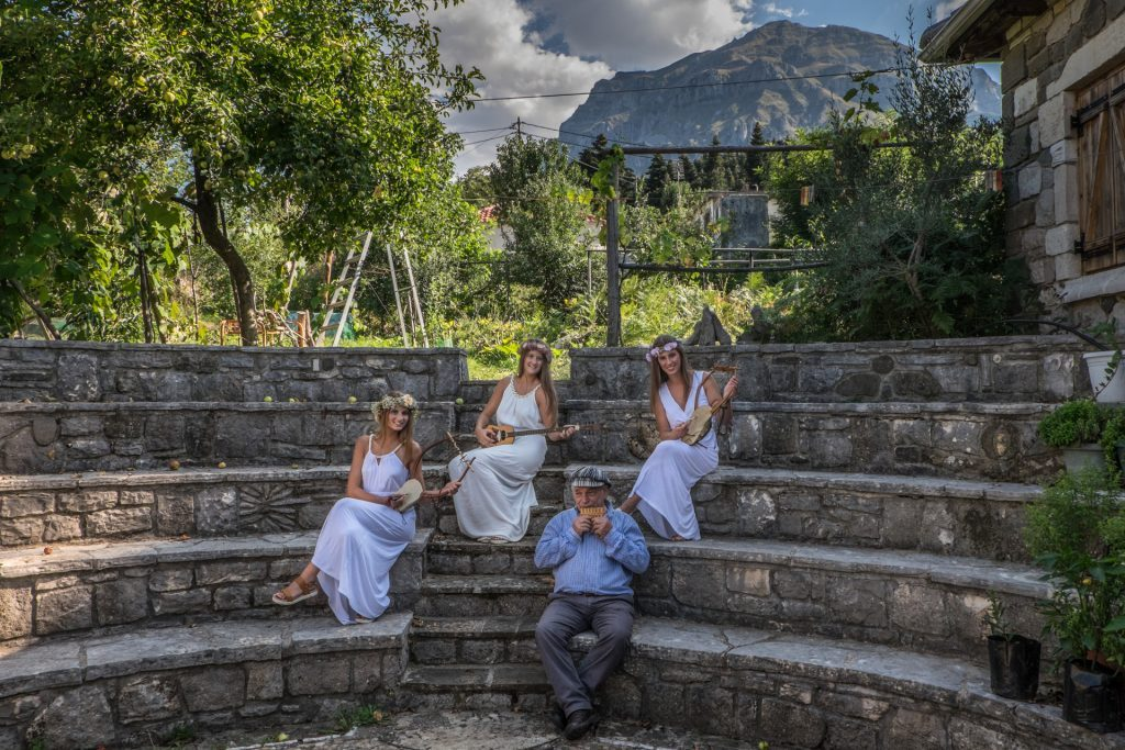 3 κοπέλες και ο Γ. Πολύζος κρατούν αρχαία ελληνικά μουσικά όργανα/G. Polyzos with 3 girls holding ancient greek musical instruments