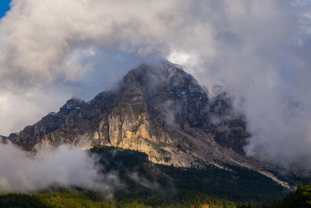 Βουνό με ομίχλη/Misty mountain